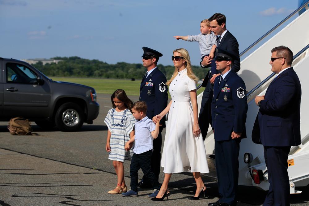 Η Ιβάνκα Τραμπ με την τάση του φετινού καλοκαιριού - λευκό φόρεμα με κουμπιά