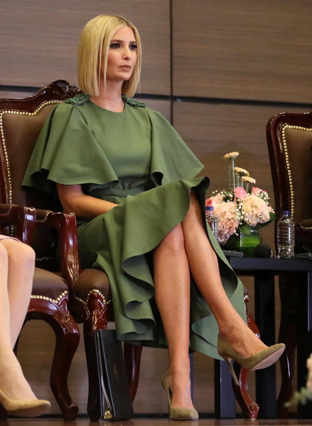 Η Ιβάνκα Τραμπ με χακί φόρεμα και λαδί γόβες