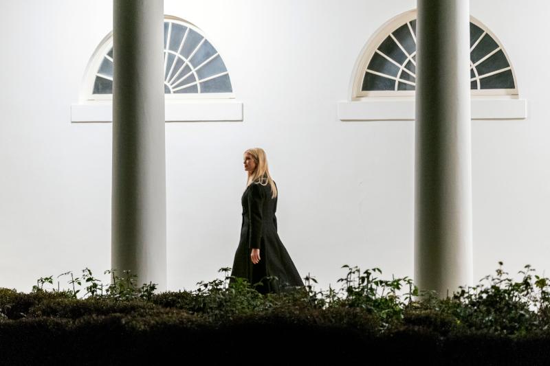 Η Ιβάνκα Τραμπ ντυμένη στα μαύρα στο Λευκό Οίκο