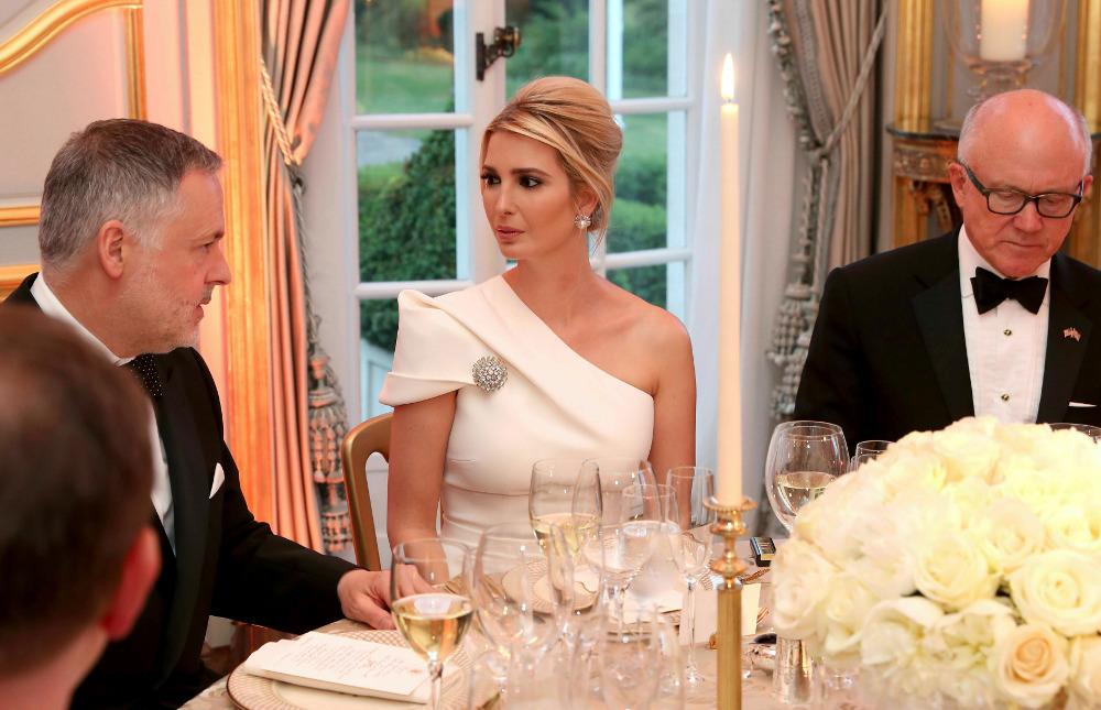 Η Ιβάνκα Τραμπ συνομιλώντας με τους άλλους καλεσμένους στο δείπνο του πατέρα της