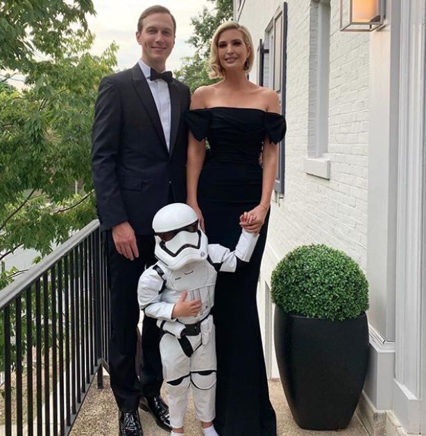 Ιβάνκα Τραμπ και Τζάρεντ ΚΟύσνερ με τον γιο τους Θίοντορ ντυμένο με στολή από την ταινία Star Wars