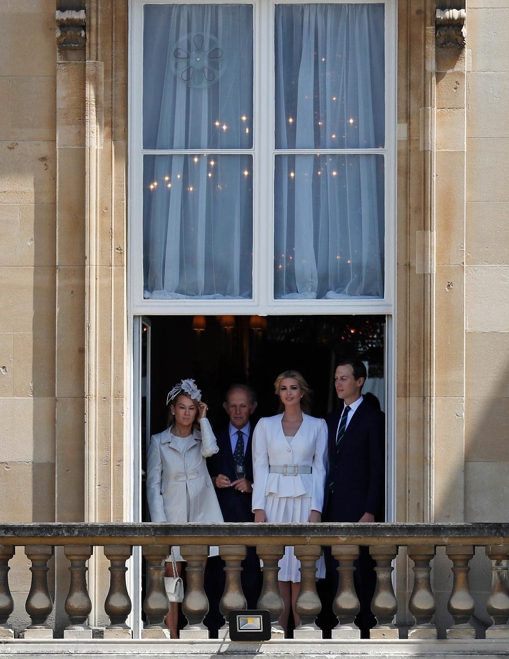 Η Ιβάνκα Τραμπ με τον σύζυγό της Τζάρεντ Κούσνερ παρακολουθούν την υποδοχή του πατέρα της από την βασίλισσα Ελισάβετ
