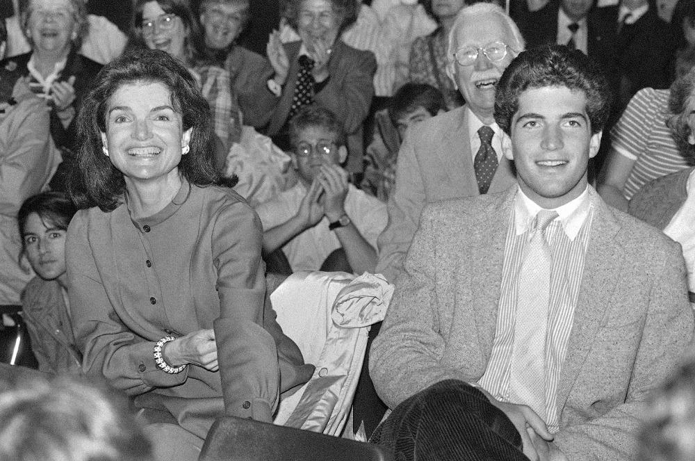 Ο Τζον Κένεντι Τζούνιορ με την μητέρα του, Τζάκι Κένεντι