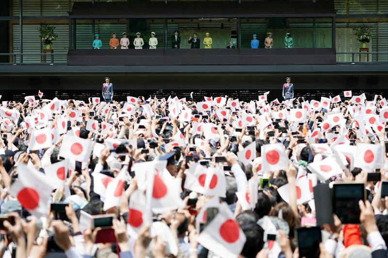 Γιαπωνέζοι παρακολουθούν την πρώτη ομιλία του νέου αυτοκράτορα, Ναρουχίτο