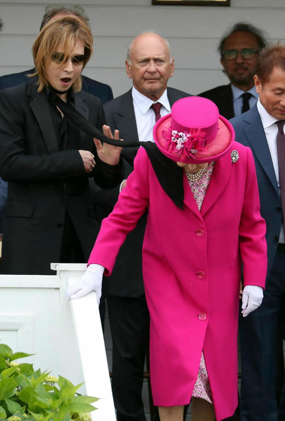 Η βασίλισσα Ελισάβετ συνεχίζει ατάραχη την διαδρομή της παρά το γεγονός πως το μαύρο μαντήλι του τραγουδιστή Γιοσίκι, την χτύπησε στο πρόσωπο