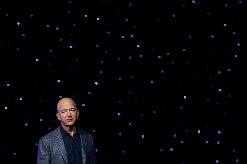 Ο Τζεφ Μπέζος κατά την παρουσίαση των προτάσεών του για πλωτούς διαστημικούς οικότοπους.