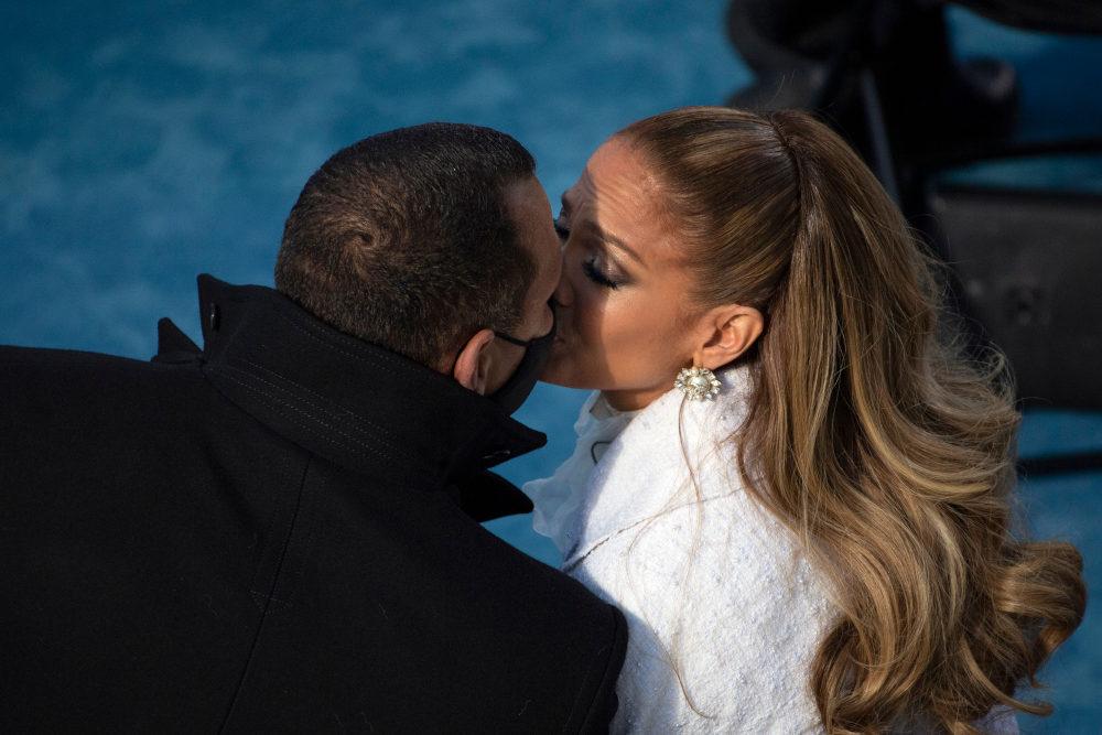 Η Τζένιφερ Λόπεζ δίνει ένα φιλί στον σύντροφό της, Άλεξ Ροντρίγκεζ στην ορκωμοσία του Τζο Μπάιντεν