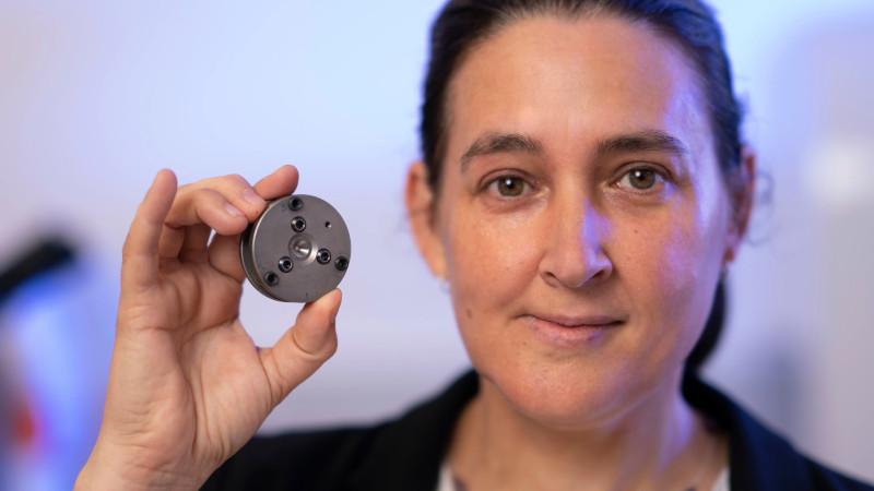 H καθηγήτρια Φυσικής του Εθνικού Πανεπιστημίου της Αυστραλίας, Τζόντι Μπράντμπαϊ δείχνει στο φακό το αμόνι που χρησιμοποίησε η ομάδα της για τη δημιουργία των διαμαντιών στο εργαστήριο