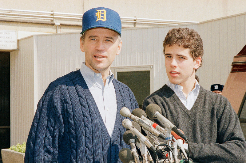 O Τζο Μπάιντεν με τον γιο του Χάντερ τον Μάρτιο του 1988 στην Ουάσιγκτον / Φωτογραφία αρχείου: ΑΡ/Adele Starr.