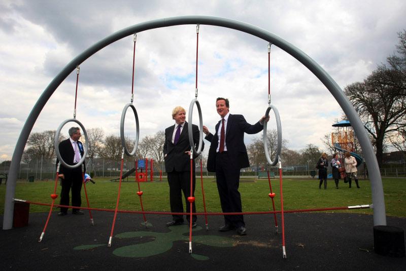 Η φιλία του Μπόρις Τζόνσον με τον Ντέιβιντ Κάμερον ξεκίνησε την εποχή που φοιτούσαν και οι δύο στο Ήτον - Εδώ σε στιγμιότυπο από την προεκλογική καμπάνια του Τζόνσον για τη δημαρχία του Λονδίνου το 2008.
