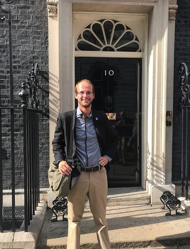 Ο Βρετανός δύτης Τζος Μπράτσλεϊ μπροστά στην πόρτα του σπιτιού του