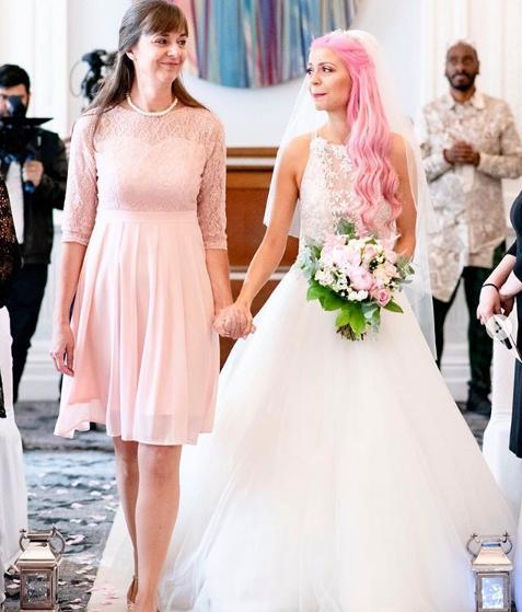 Νύφη πηγαίνει στην εκκλησία συνοδευόμενη από την μητέρα της