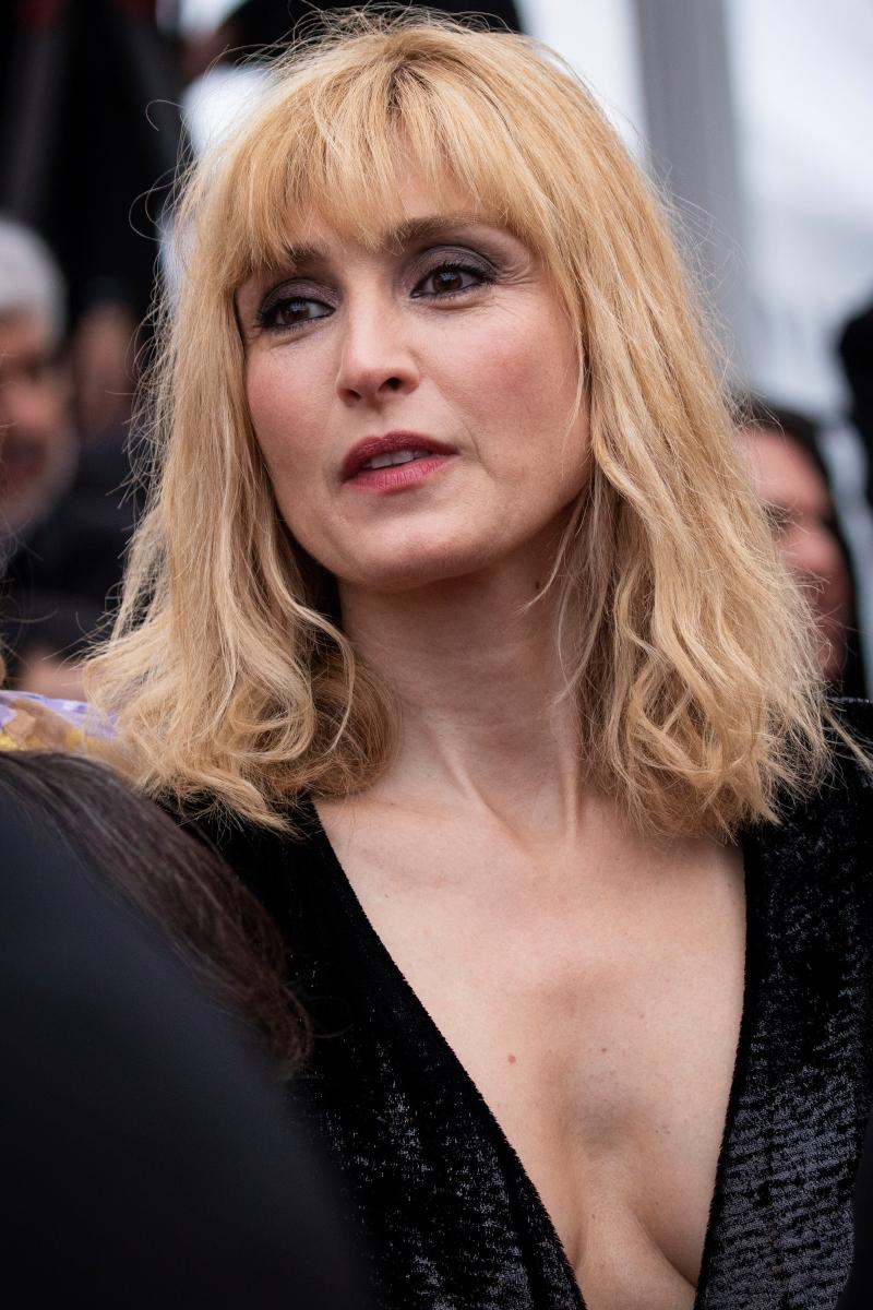 Η Ζυλί Γκαγιέ ποζάρει στο φακό των φωτογράφων στο Φεστιβάλ των Καννών πέρυσι τον Μάιο.