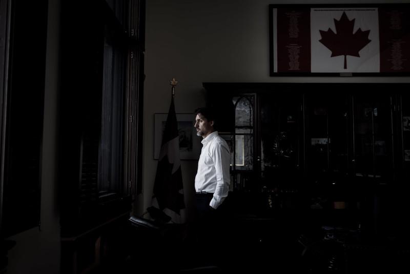Τζάστιν Τριντό κοιτάζει σκεπτικός από το παράθυρο του γραφειου του