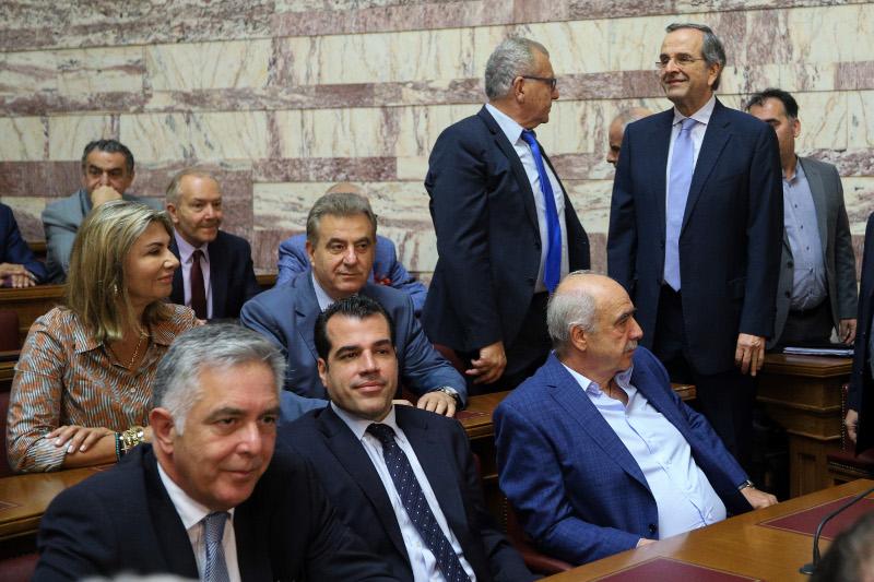 Λίγο έλειψε να μείνει όρθιος ο Αντώνης Σαμαράς από την πολυκοσμία στην ΚΟ της ΝΔ