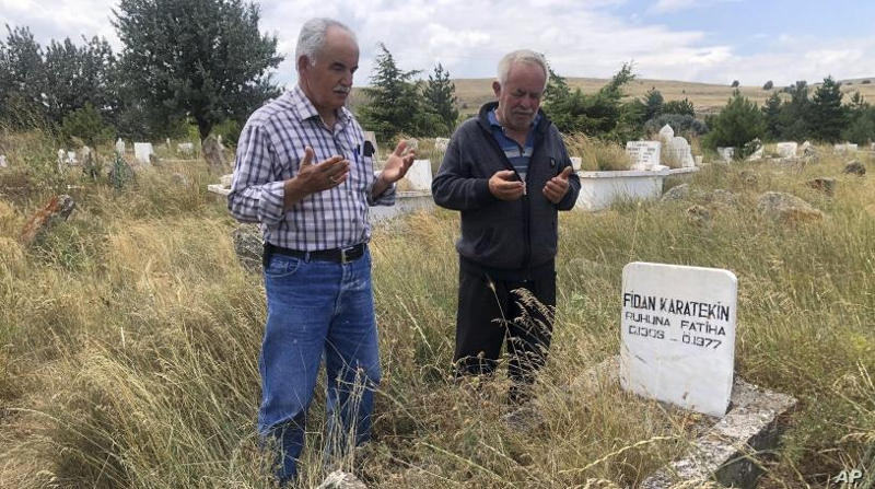 Κάτοικοι του Καλφάτ, 100 χλμ βόρεια της Άγκυρας, προσεύχονται στον τάφο προγόνου του Μπόρις Τζόνσον.