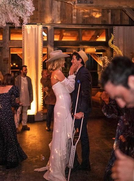 Η Κάρλι Κλος με λευκό φόρεμα με δαντελένιες λεπτομέρειες, αξίας 1.600 δολαρίων