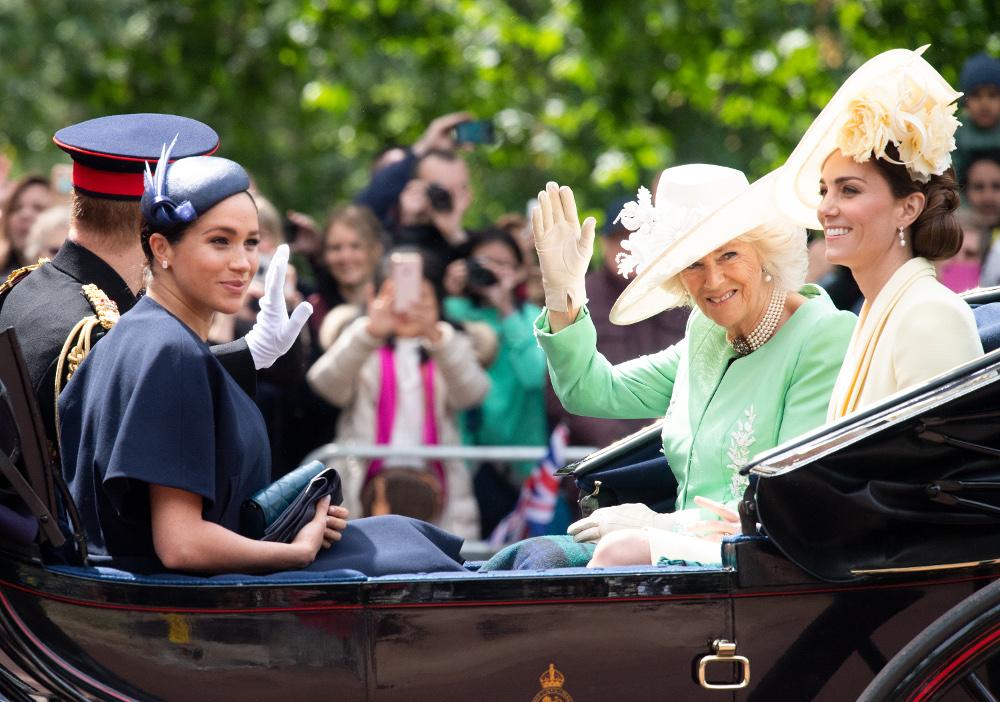 Η Κέιτ Μίντλετον με την Καμίλα, την Μέγκαν Μαρκλ και τον πρίγκιπα Χάρι κατευθύνονται στο παλάτι του Μπάκιγχαμ