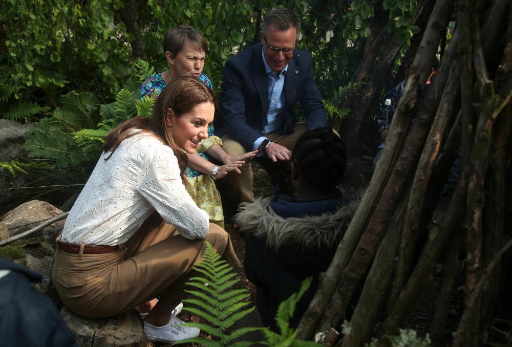 Καθισμένη σε έναν κορμό δέντρου, η Κέιτ Μίντλετον συζήτησε με τους μικρούς επισκέπτες του κήπου της