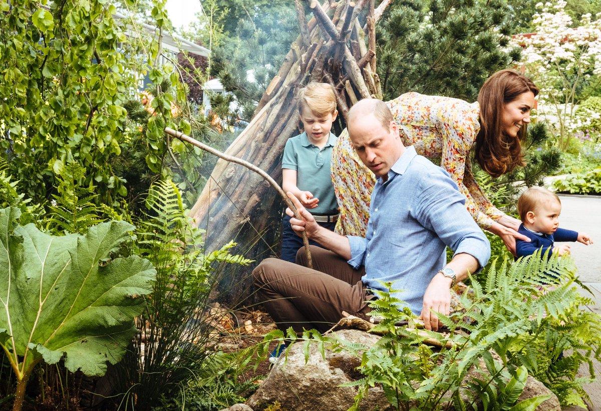 Ο πρίγκιπας Γουίλιαμ ψήνει mashmallows με τα παιδιά του στον κήπο που έφτιαξε η Κέιτ Μίντλετον