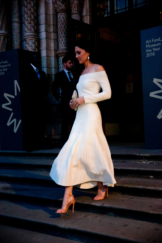 Η δούκισσα του Κέμπριτζ είχε φορέσει το ίδιο φόρεμα και το 2016 αλλά το είχε συνδυάσει με καμιλό πέδιλα και χρυσό clutch