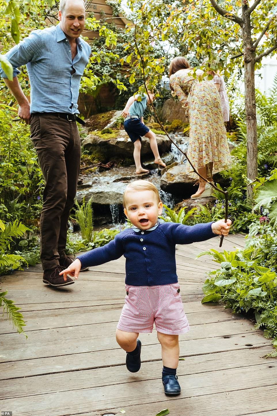 Η Κέιτ Μίντλετον ξεναγεί τον σύζυγό της, πρίγκιπα Γουίλιαμ και τα παιδιά της στο κήπο που δημιούργησε με θέμα «Επιστροφή στην Φύση»