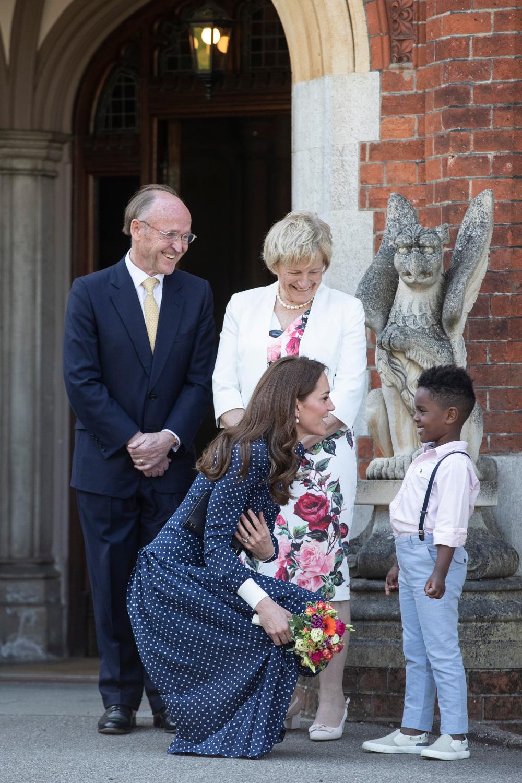 Η Κέιτ Μίντλετον δέχεται μια ανθοδέσμη από ένα χαμογελαστό παιδί