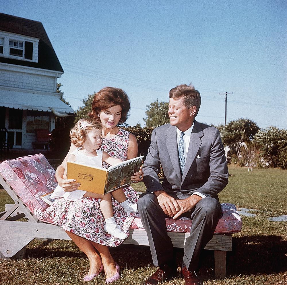 Η Τζάκι Κένεντι διαβάζει παραμύθι στην κόρη της Καρολάιν μπροστά στο εξοχικό τους