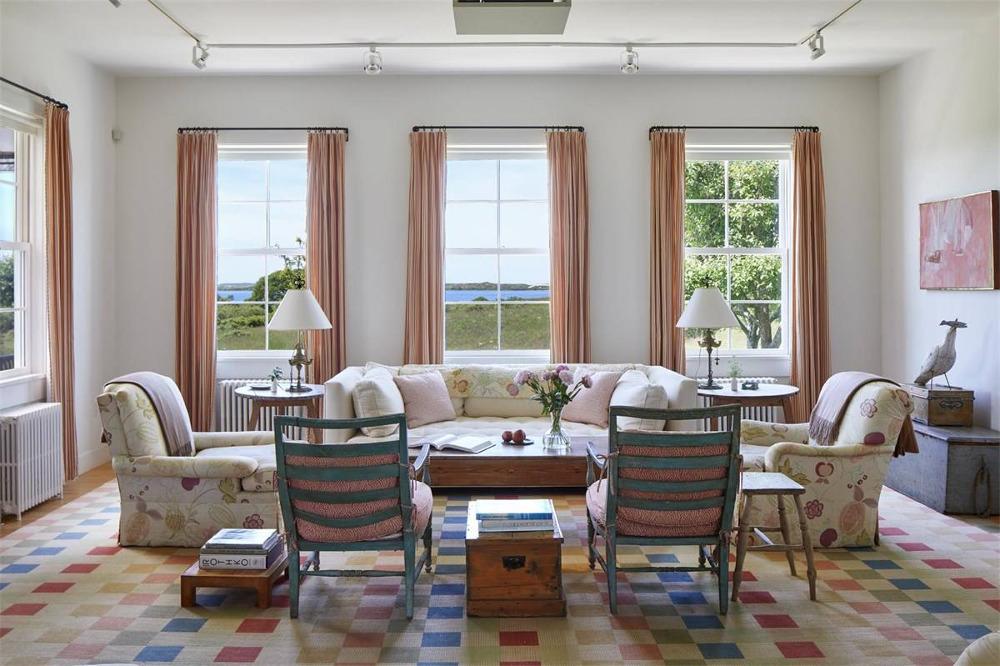 Το σαλόνι του σπιτιού. Η κόρη της Τζάκι Κένεντι συντηρεί εδώ και 40 χρόνια το εξοχικό αυτό