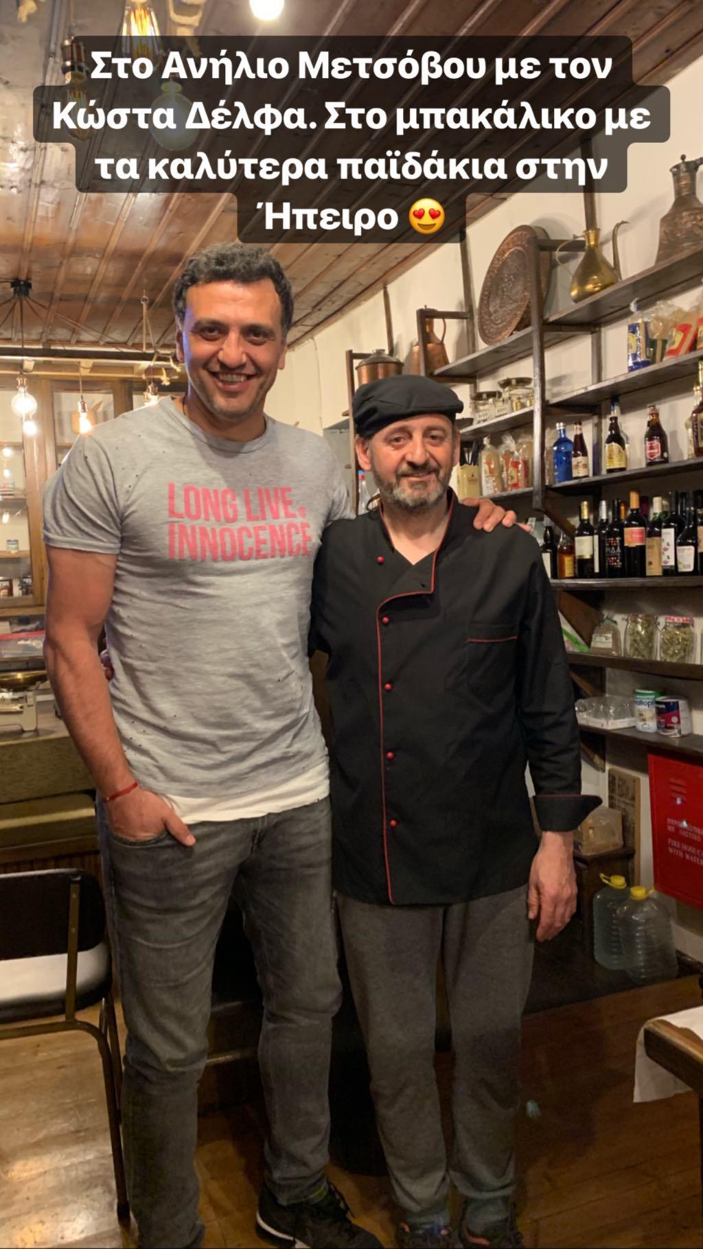 Ο Βασίλης Κικίλιας ποζάρει με τον ιδιοκτήτη του μπακάλικου στο Ανήλιο Μετσόβου