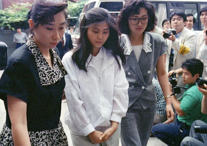 Η πράκτορας της Βόρειας Κορέας, Κιμ Χιουν-χούι οδηγείται στο δικαστήριο.