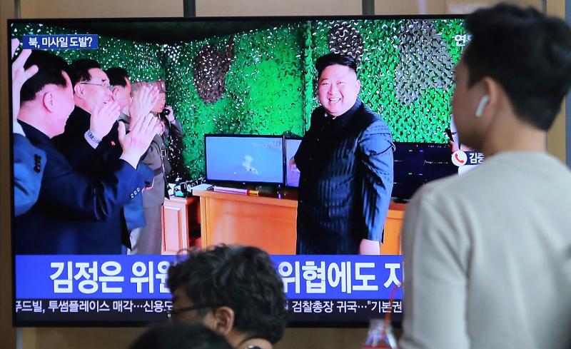 Περιχαρής ο Κιμ Γιονγκ Ουν μετά τις επιτυχημένες δοκιμές πυραύλων.