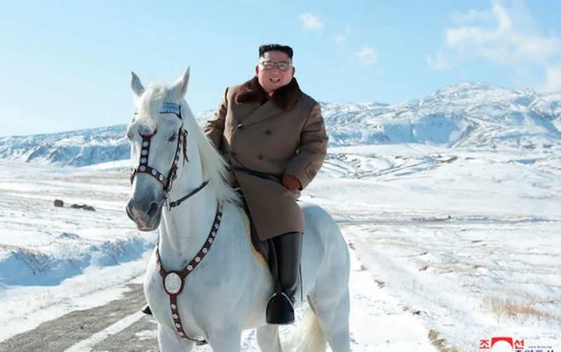 Ο Κιμ Γιονγκ Ουν ποζάρει στο φακό καβάλα στο λευκό άλογό του.