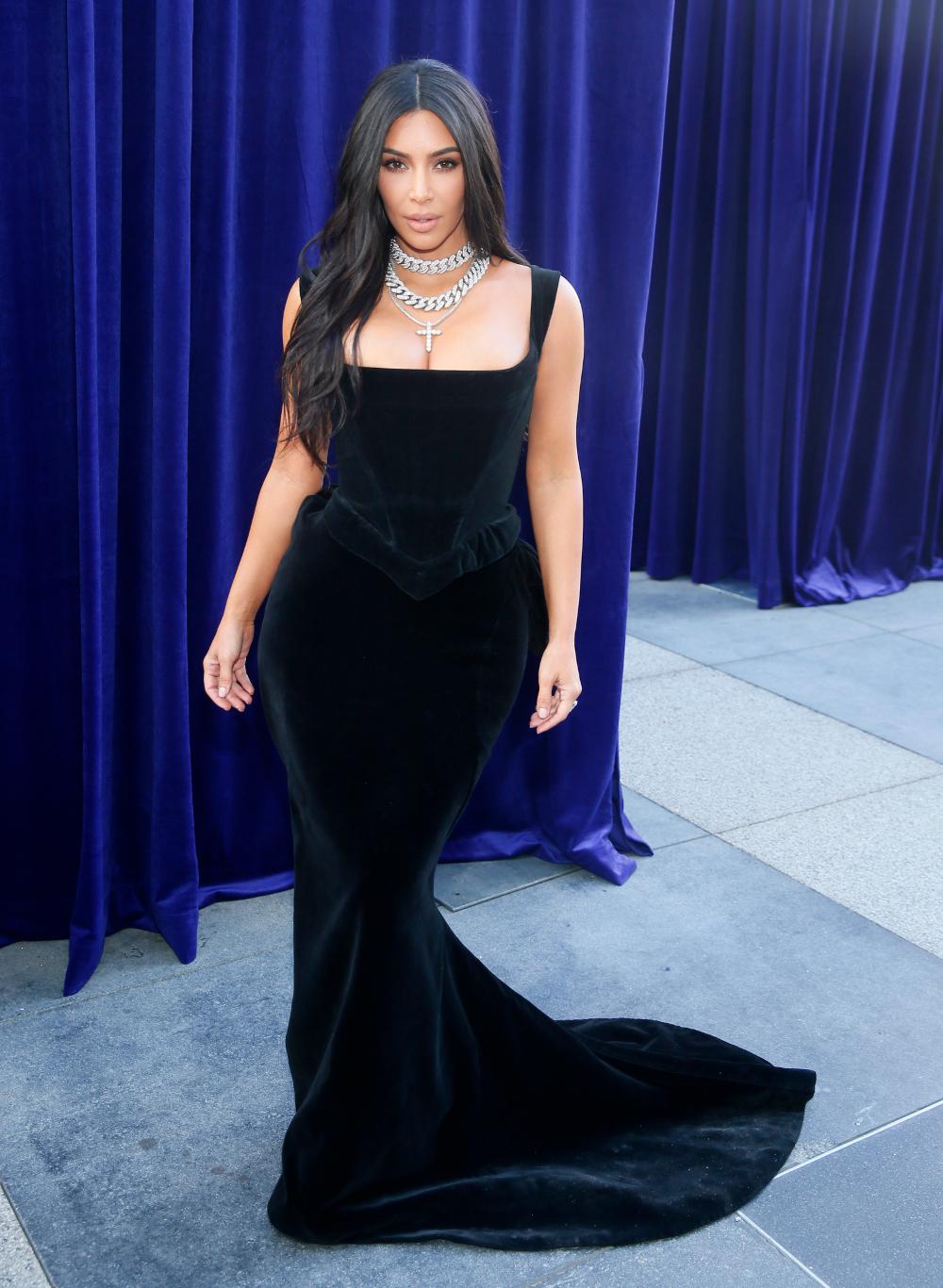 Η Κιμ Καρντάσιαν με μαύρο βελούδινο στενό φόρεμα που τόνιζε το πληθωρικό μπούστο της και τις καμπύλες της