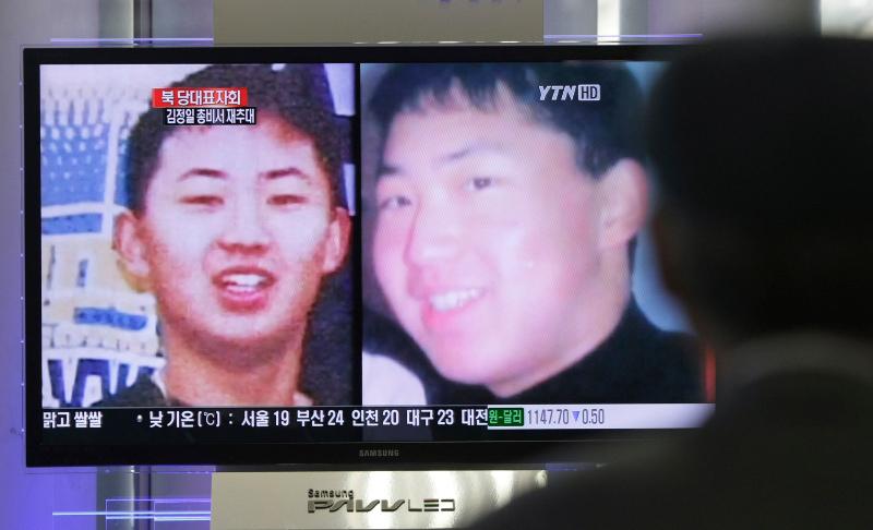 Φωτογραφίες του Κιμ Γιονγκ Ουν σε πολύ νεαρή ηλικία πρόβαλαν το 2011 τα νοτιοκορεατικά ΜΜΕ όταν μαθεύτηκε ότι θα διαδεχθεί τον πατέρα του.