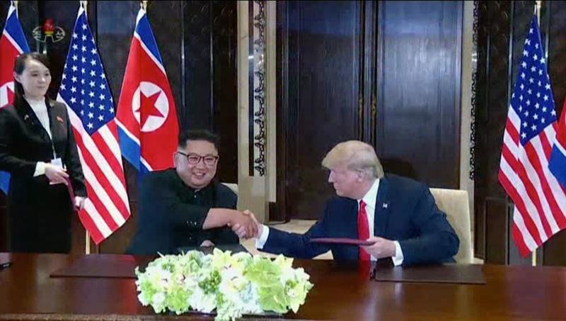 H Κιμ Γιο Γιονγκ παρακολουθεί τον αδελφό της , Κιμ Γιονγκ Ουν, να δίνει τα χέρια με τον πρόεδρο των ΗΠΑ, Ντόναλντ Τραμπ.
