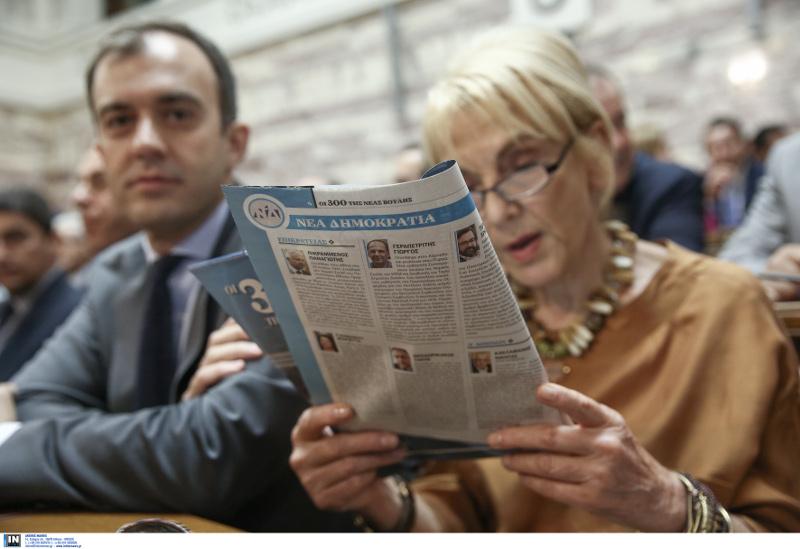 Η Φωτεινή Πιπιλή διαβάζει τον κομματικό τύπο πρίν την συνεδρίαση