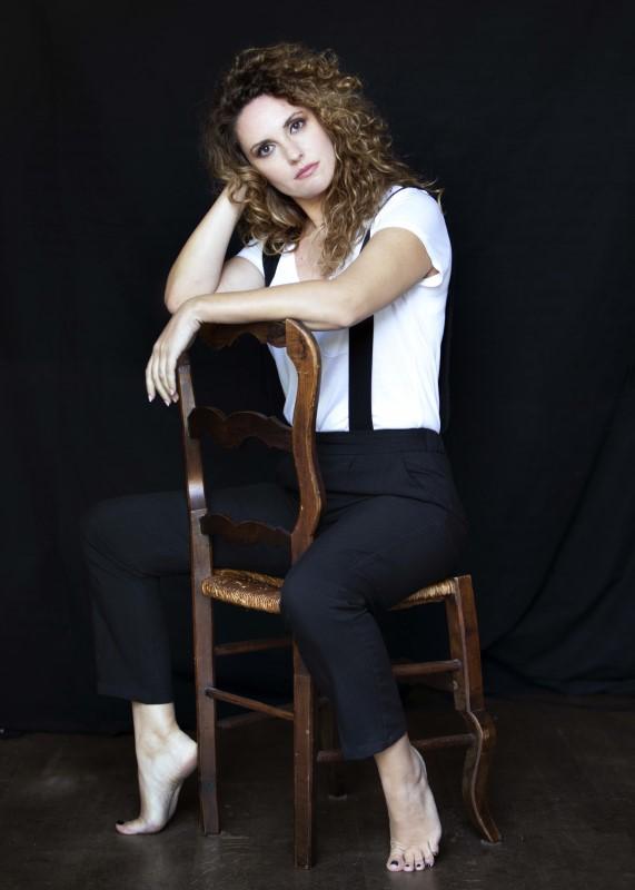 Η Κορίνα Λεγάκη, μια από τις πιο σημαντικές Ελληνίδες ερμηνεύτριες της νεότερης γενιάς, που θα ερμηνεύσει τα τραγούδια της παράστασης