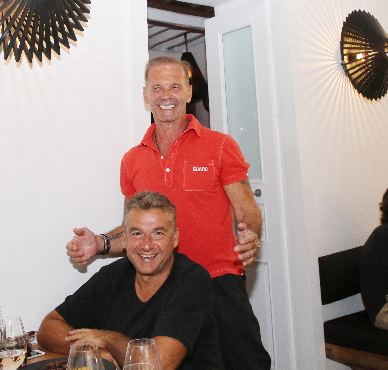 Ο Πέτρος Κωστόπουλος και ο Γιώργος Λιάγκας απολαμβάνουν μερικές χαλαρές στιγμές στο νησί των Ανέμων