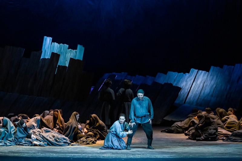 Στιγμιότυπο από το τέλος της παράστασης Λαίδη Μάκβεθ του Μτσενσκ