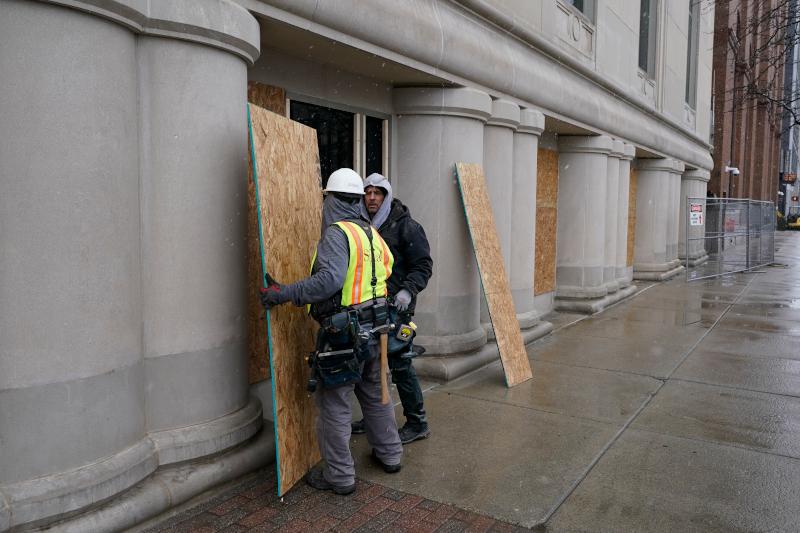 Εργάτες τοποθετούν ξύλινα προστατευτικά πάνελ στα παράθυρα του τοπικού Καπιτωλίου στο Λάννσινγκ του Μίσιγκαν