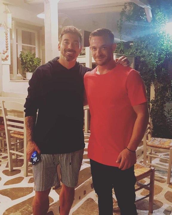 Ο Αργεντίνος ποδοσφαιριστής δεν δίστασε να φωτογραφηθεί με κατοίκους του νησιού