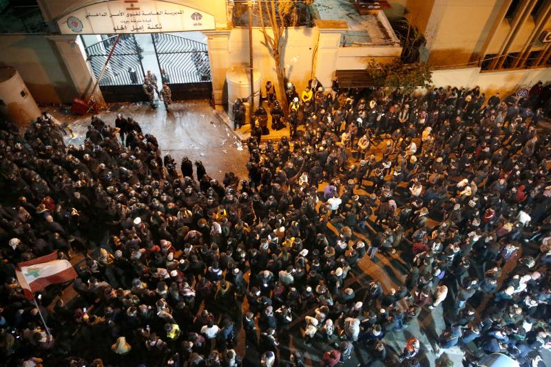 Διαδηλωτές πολιόρκησαν αστυνομικό τμήμα της Βηρυττού, όπου κρατούνται δεκάδες συλληφθέντες.