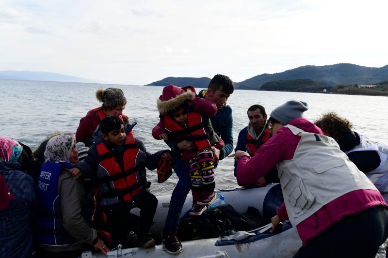 Πρόσφυγες αποβιβάζονται στη Σκάλα Συκαμινιάς στη Λέσβο.