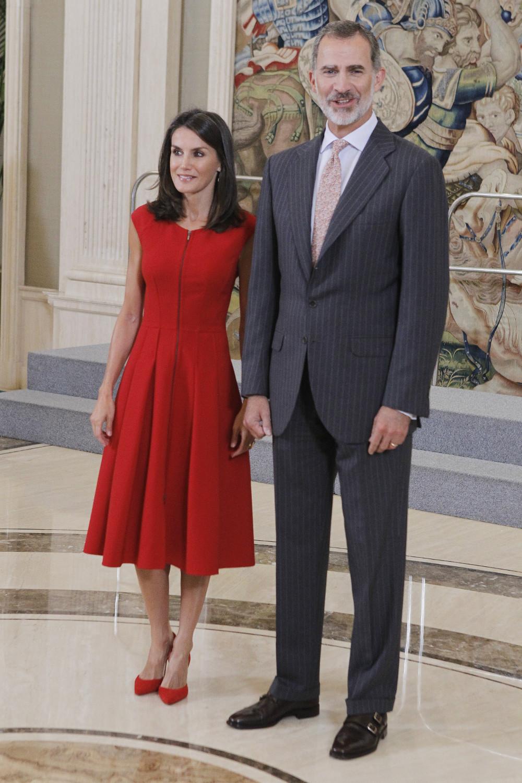 Η βασίλισσα Λετίθια με κατακόκκινο φόρεμα και ο βασιλιάς Φελίπε υποδέχτηκαν τους αθλητές της Εθνικής Ομάδας Μπάσκετ της Ισπανίας