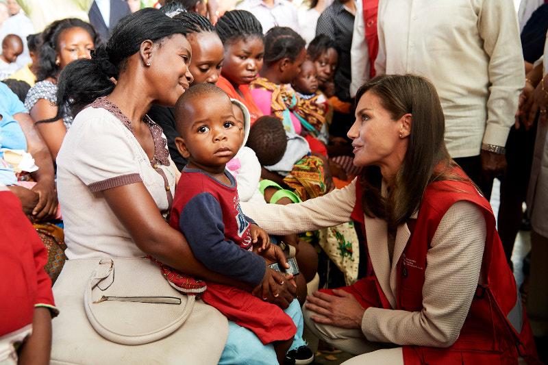 Η βασίλισσα Λετίθια συνομιλεί με μητέρες στην Μοζαμβίκη