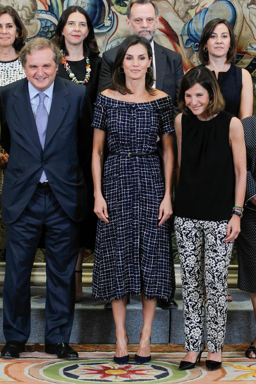 Η βασίλισσα Λετίθια ποζάρει δίπλα σε Ισπανούς πολίτες στο παλάτι Ζαρζουέλα της Μαδρίτης