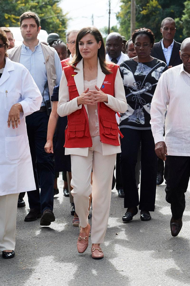 Με μπεζ κουστούμι και δαντελένιο τοπ στη Μοζαμβίκη η βασίλισσα Λετίθια