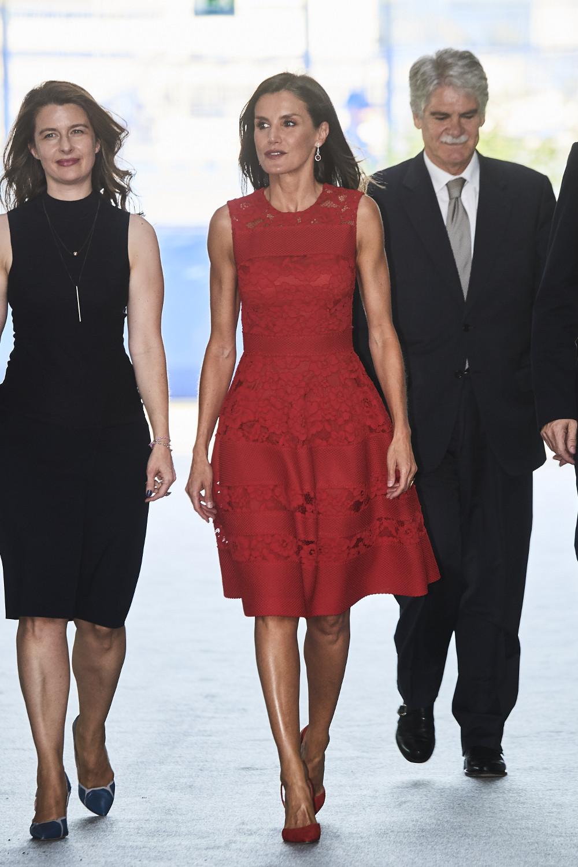 Με κόκκινο, μίντι, δαντελένιο φόρεμα εμφανίστηκε στην Βαλένθια η βασίλισσα Λετίθια της Ισπανίας