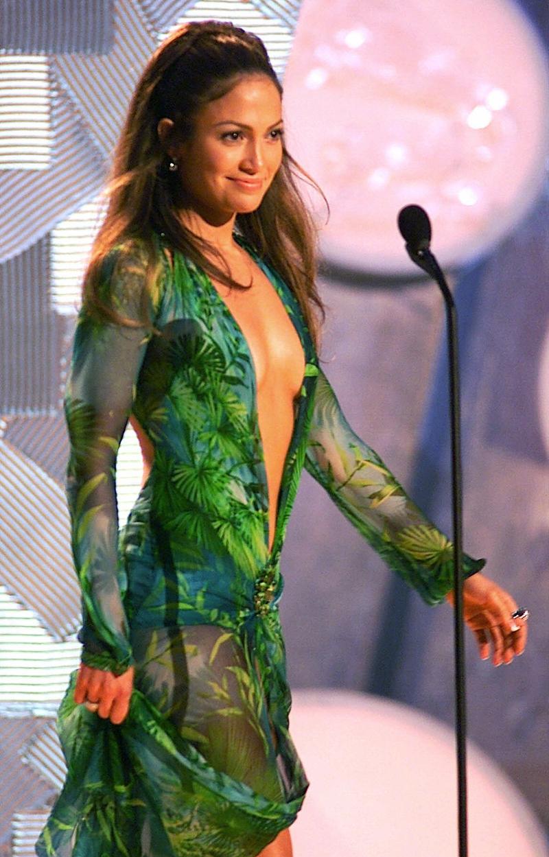 Η Τζένιφερ Λόπεζ με φόρεμα Versace στην σκηνή της τελετής απονομής βραβείων Grammy το 2000